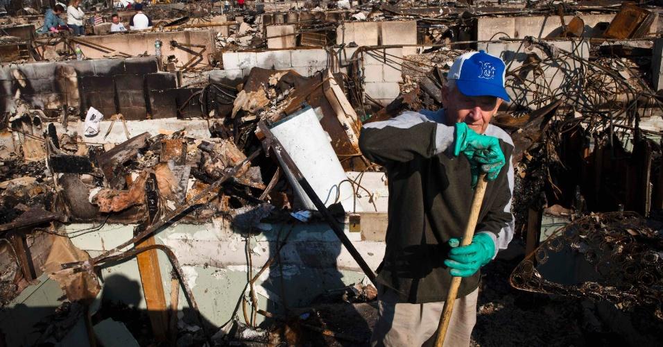 11.nov.2012 - Charlie McLoughlin, 70, vistoria estragos causados em sua casa pelo furacão Sandy no departamento de Queens, em Nova York (Estados Unidos)