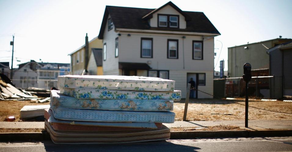 11.nov.2012 - Colchões são empilhados em frente a casa danificada pelo furacão Sandy, em Nova Jersey, Estados Unidos, neste domingo (11)