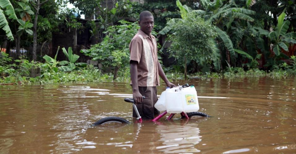 11.nov.2012 - Homem caminha em rua inundada em Ohaute Ducap, no Haiti. Pelo menos dezesseis pessoas morreram afogadas e várias estão desaparecidas em função das fortes chuvas na região norte do país. O Haiti ainda está em estado de emergência por causa do furacão Sandy, que deixou 54 mortos e dezenas de desparecidos e feridos