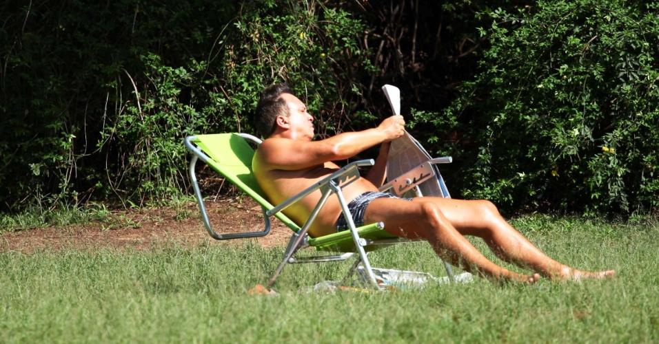 11.nov.2012 - Homem toma sol durante manhã de domingo no Parque do Ibirapuera na cidade de São Paulo (SP). Durante o período matutino, a temperatura no local era de 26°C. A previsão é de sol e pancadas de chuvas na parte da tarde