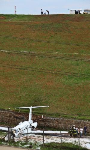 11.nov.2012 - Um avião de pequeno porte se acidentou na tarde deste domingo (11) no aeroporto de Congonhas, localizado na zona sul de São Paulo (SP)