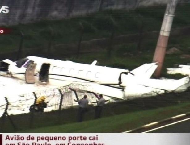 11.nov.2012 - Um avião de pequeno porte se acidentou na tarde deste domingo (11) no aeroporto de Congonhas, localizado na zona sul de São Paulo (SP). Na imagem, equipe do aeroporto tenta evitar o início de incêndio jogando espuma branca sobre a aeronave