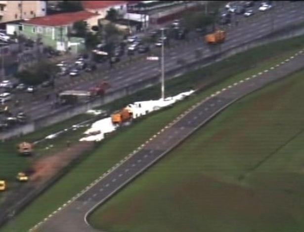 11.nov.2012 - Um avião de pequeno porte se acidentou na tarde deste domingo (11) no aeroporto de Congonhas, localizado na zona sul de São Paulo (SP). O acidente fez com que parte da avenida Bandeirantes ficasse interditada