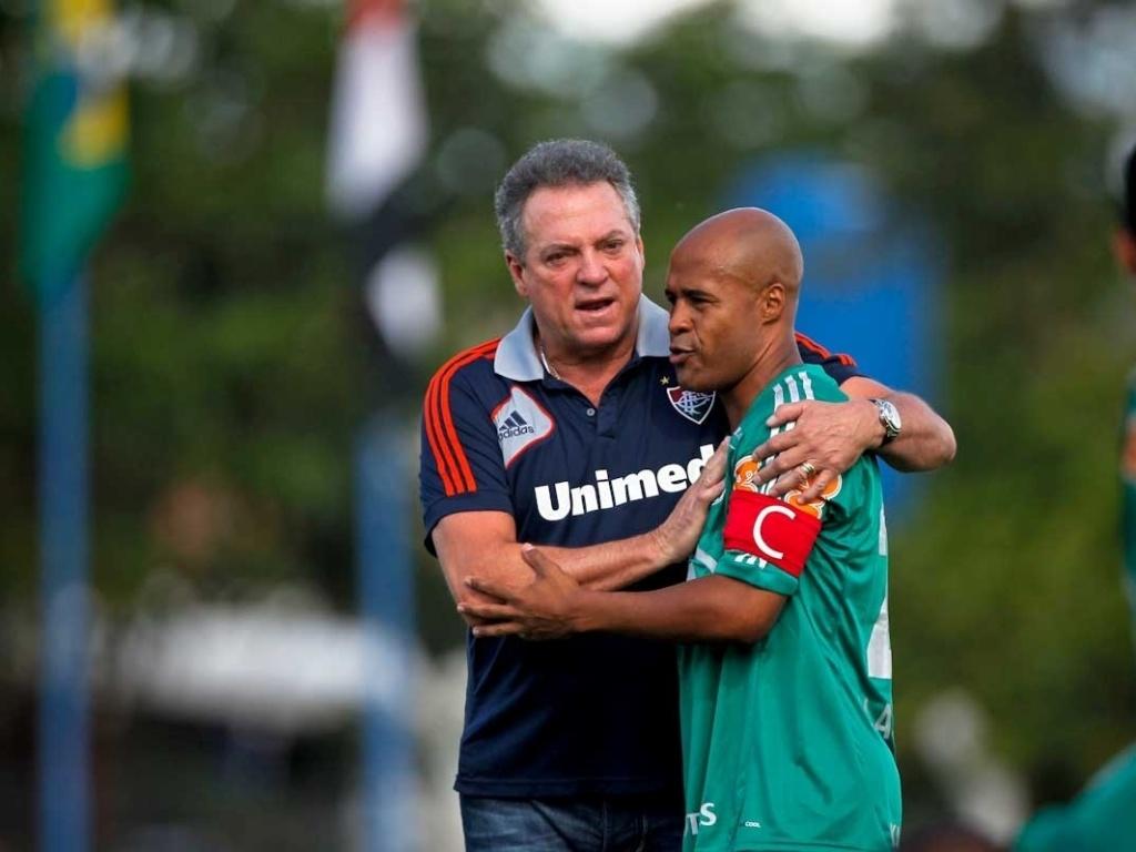 Abel Braga, técnico do Fluminense, confraterniza com o volante Marcos Assunção, do Palmeiras, antes do jogo pelo Brasileirão