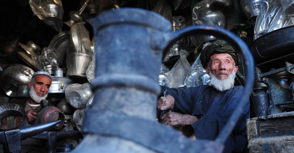 Afegãos trabalham em loja de peças de metal em Mazar-i-Sharif, na província de Balkh, no Afeganistão. Segundo um relatório da ONU, mais de um terço da população afegã vive na miséria