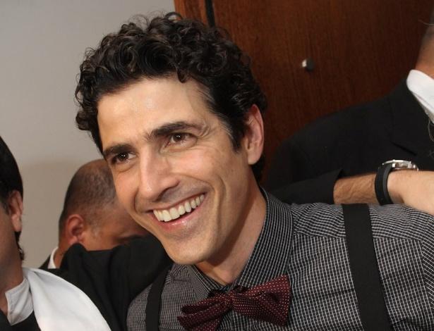 """Ator Reynaldo Gianecchini, que completa 40 anos na segunda-feira (12), ganha bolo de aniversário da equipe do """"Pânico"""" em festa em São Paulo (11/11/12)"""