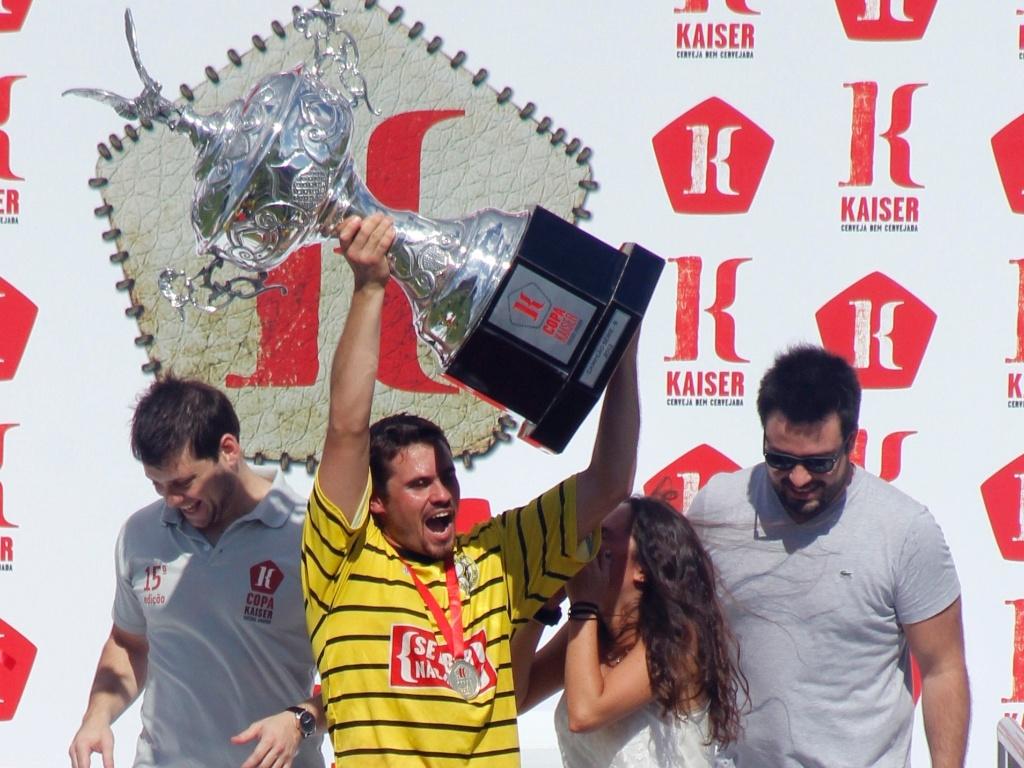 Capitão do Unidos da Pacarana levanta a taça de campeão da série B da Copa Kaiser 2012 após vencer o Inter nos pênaltis