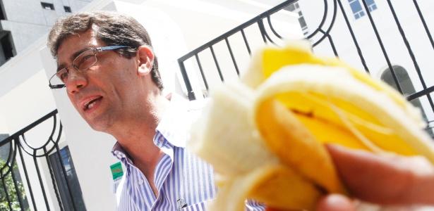 Estudantes que protestam contra exame obrigatório do Cremesp (conselho Regional de Medicina) em Campinas entregam banana para o delegado do Cremesp Jorge Cury. Quase 3.000 fazem prova na manhã deste domingo