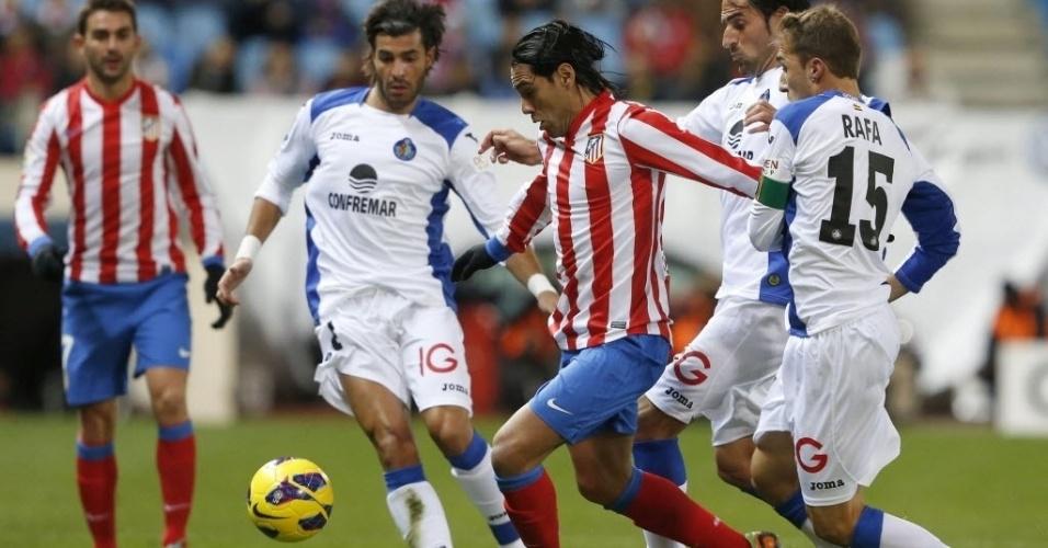 Falcao García, atacante colombiano do Atlético de Madri, controla a bola com a marcação de três jogadores do Getafe, em partida do Campeonato Espanhol