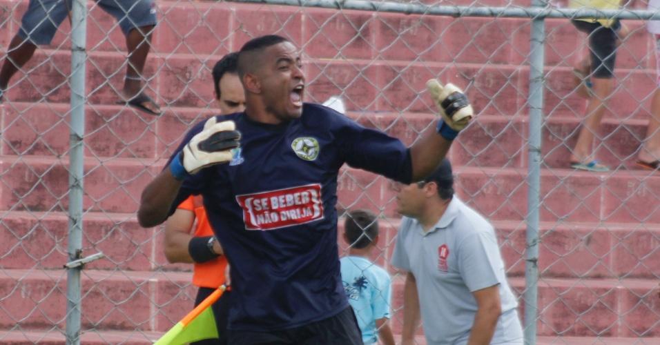 Goleiro do Unidos da Pacarana comemora depois de pegar um pênalti na final da série B da Copa Kaiser