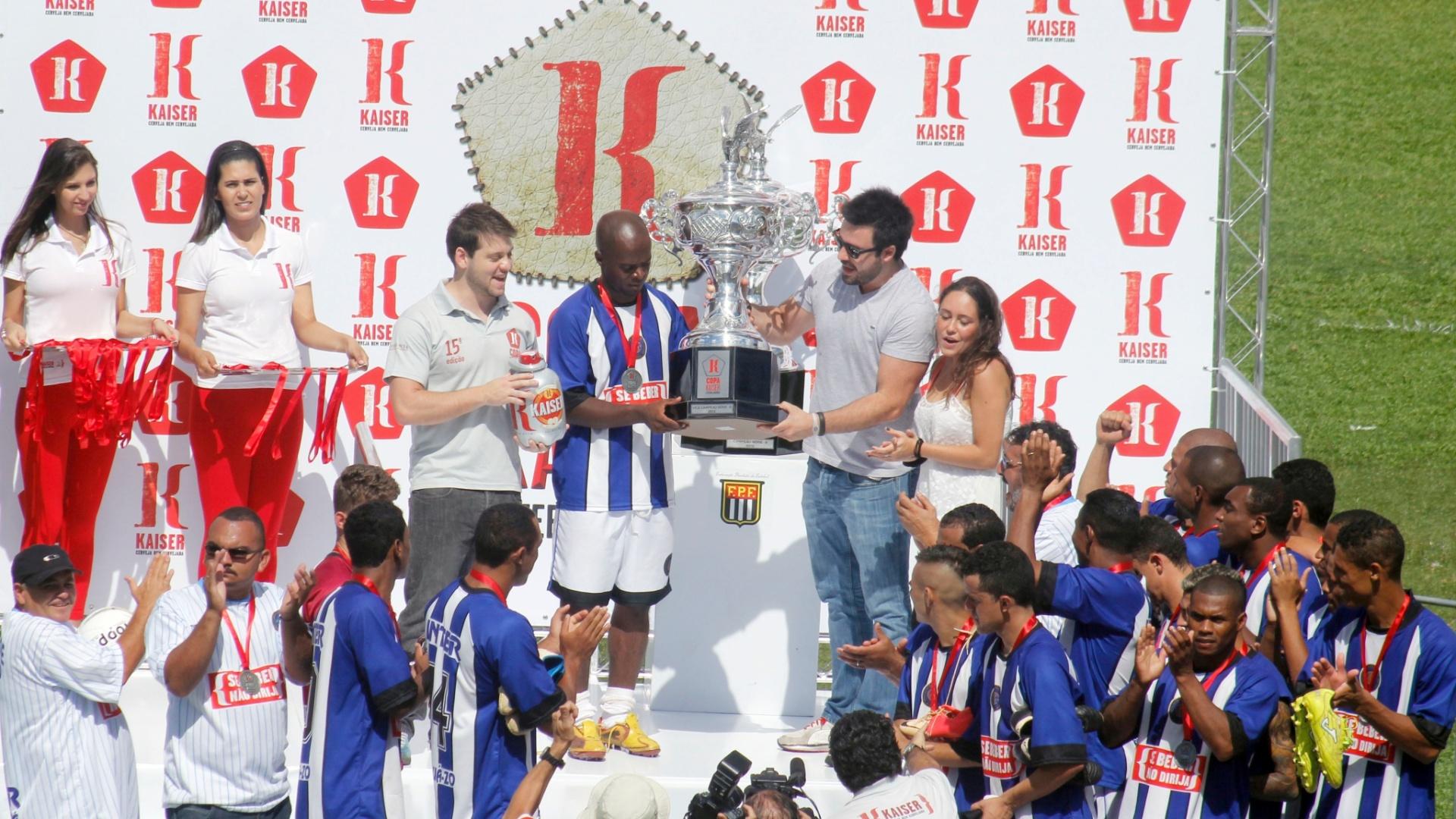 Jogadores do Inter levantam troféu de vice-campeão após perder nos pênaltis por 4 a 3 na final série B da Copa Kaiser 2012