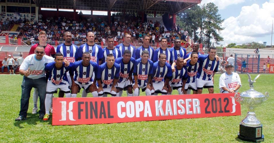 Jogadores do Inter posam para foto momentos antes do início da partida da final da série B da Copa Kaiser 2012