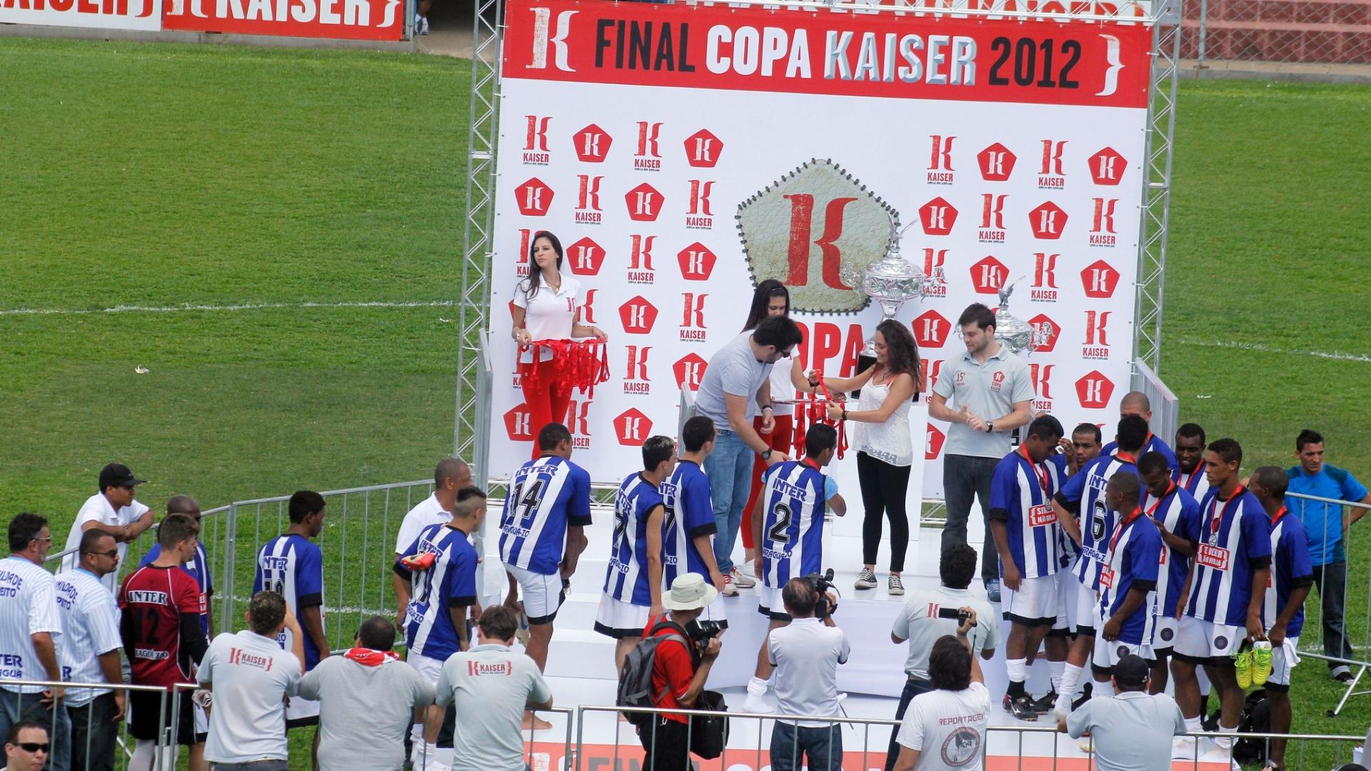 Jogadores do Inter recebem a premiação de vice-campeão após perderem nos pênaltis por 4 a 3 na final série B da Copa Kaiser 2012