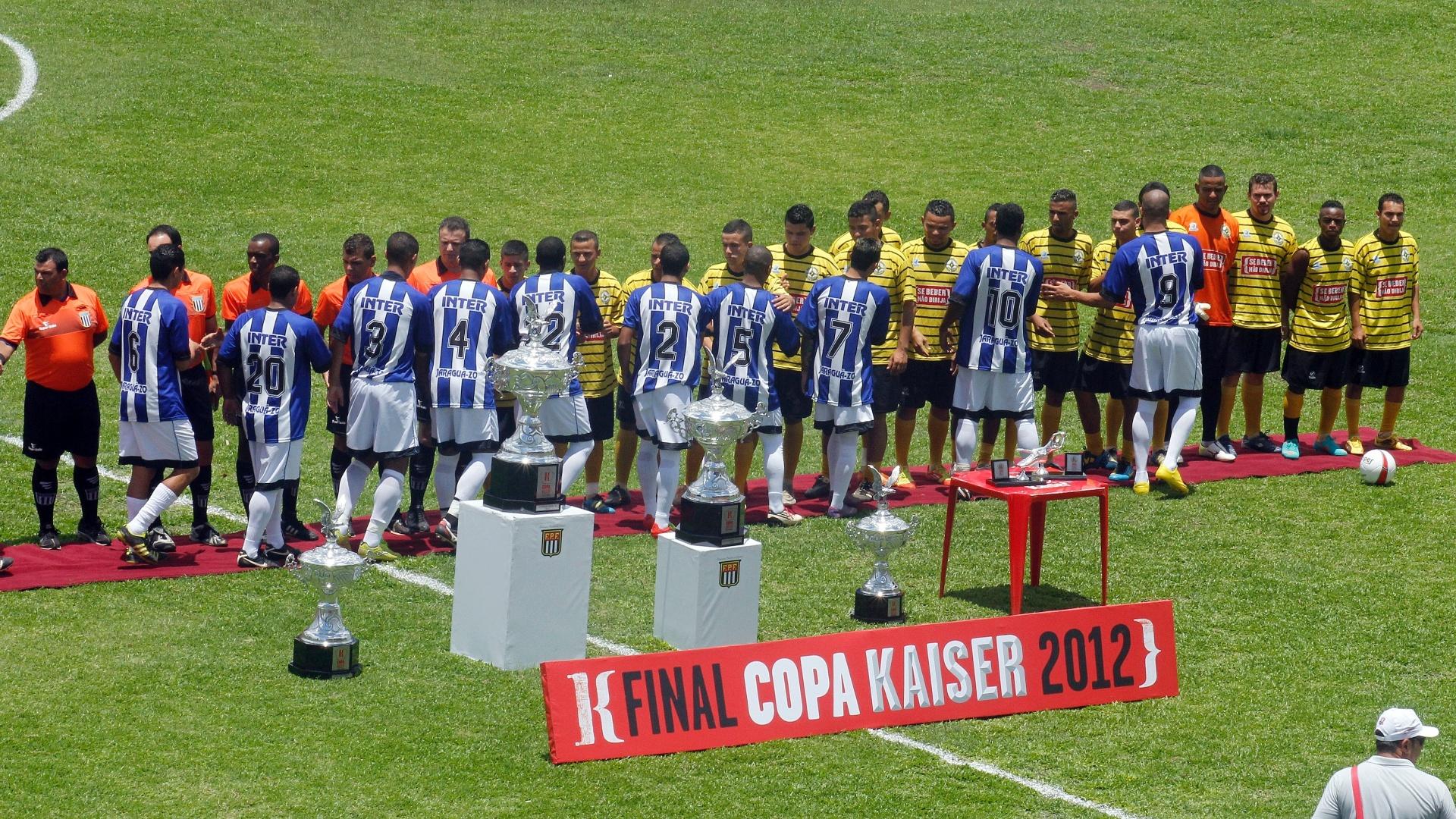Jogadores do Unidos da Pacarana (amarelo) e do Inter se cumprimentam antes da final da série B da Copa Kaiser