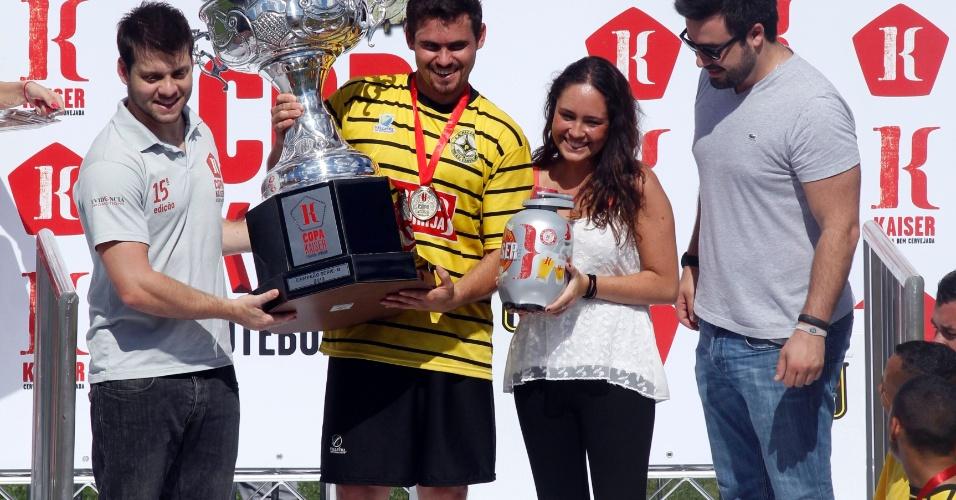 Jogadores do Unidos da Pacarana fazem festa ao receberem a premiação pelo título da série B da Copa Kaiser 2012