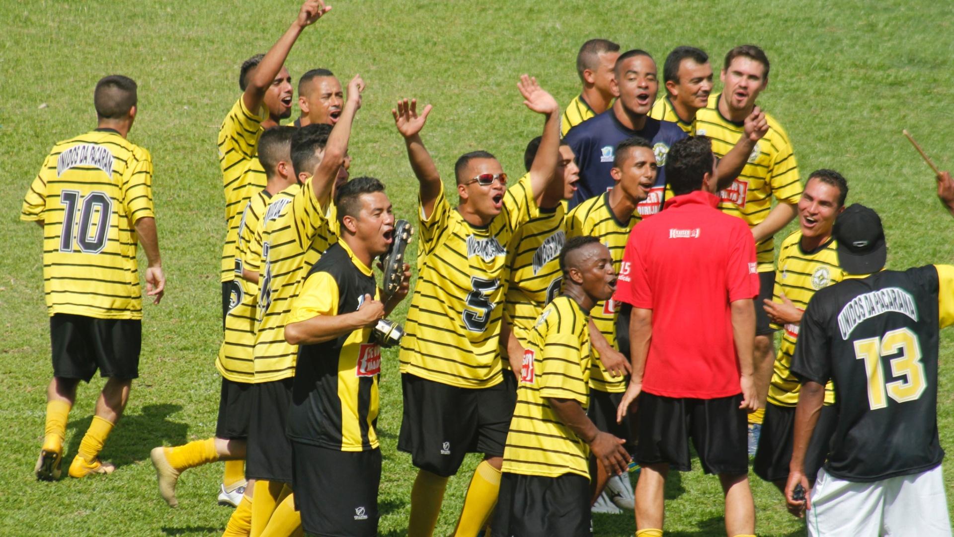 Jogadores do Unidos da Pacarana fazem festa com o título da série B da Copa Kaiser 2012