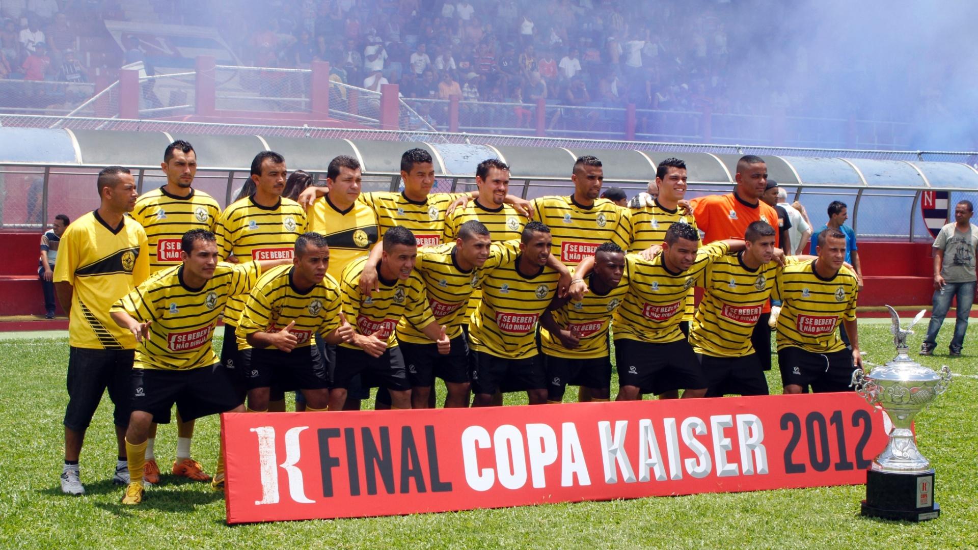 Jogadores do Unidos da Pacarana posam para foto momentos antes do início da partida da final da série B da Copa Kaiser 2012