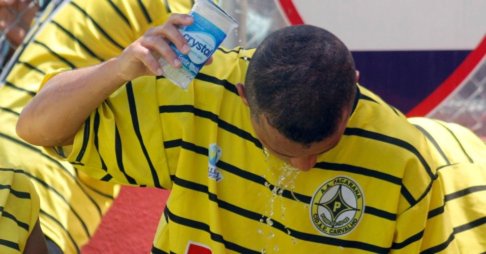 Jogadores do Unidos da Pacarana se refrescam antes das cobranças de pênaltis da final da Copa Kaiser