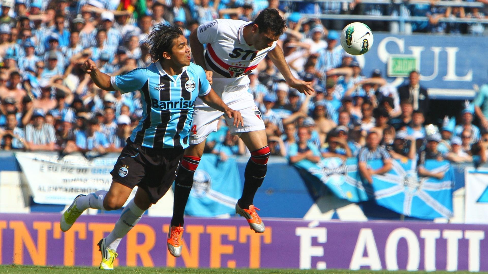 Marcelo Moreno e Rhodolfo disputam bola