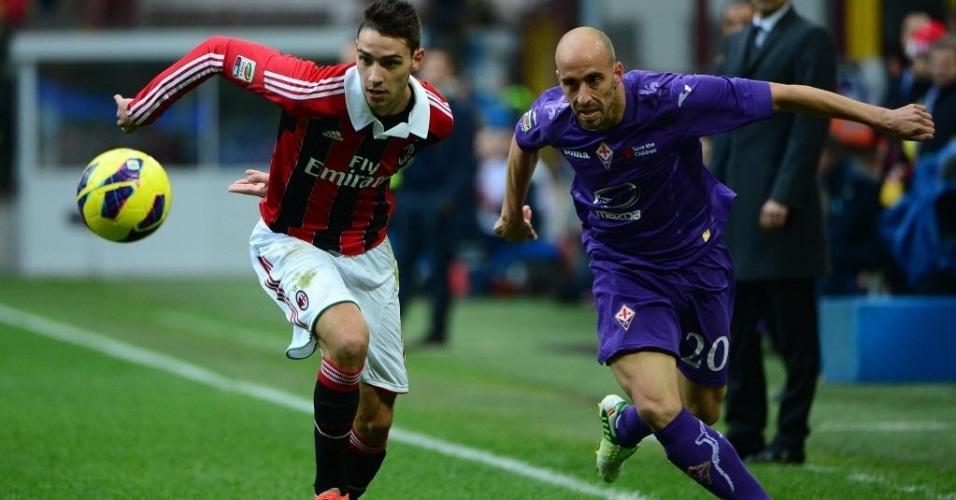Mattia De Sciglio (esq.), do Milan, disputa a bola com Borja Valero, da Fiorentina, em partida do Campeonato Italiano