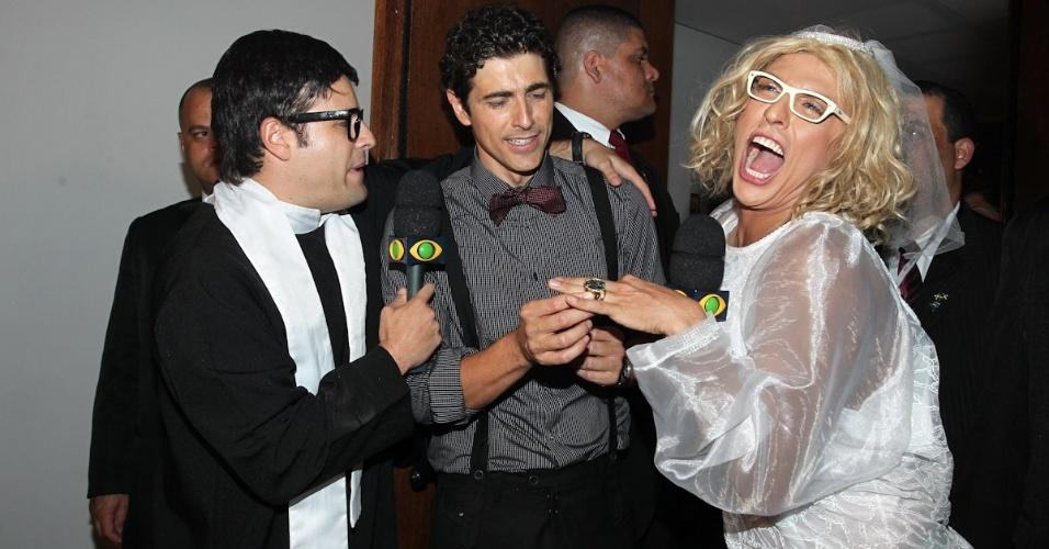 """O ator Reynaldo Gianecchini (ao centro) se casa com Marília Gabi Herpes (Wellington Muniz) em uma brincadeira do """"Pânico"""" em sua festa de aniversário, em São Paulo (10/11/12)"""