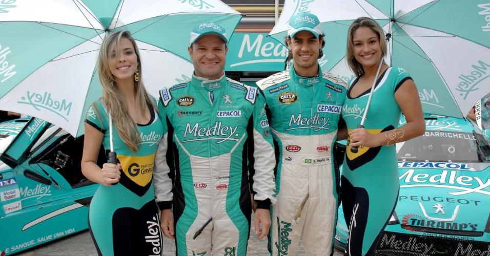 Rubens Barrichello e Xandinho Negrão posam ao lado das grid girls na etapa de Brasília da Stock Car