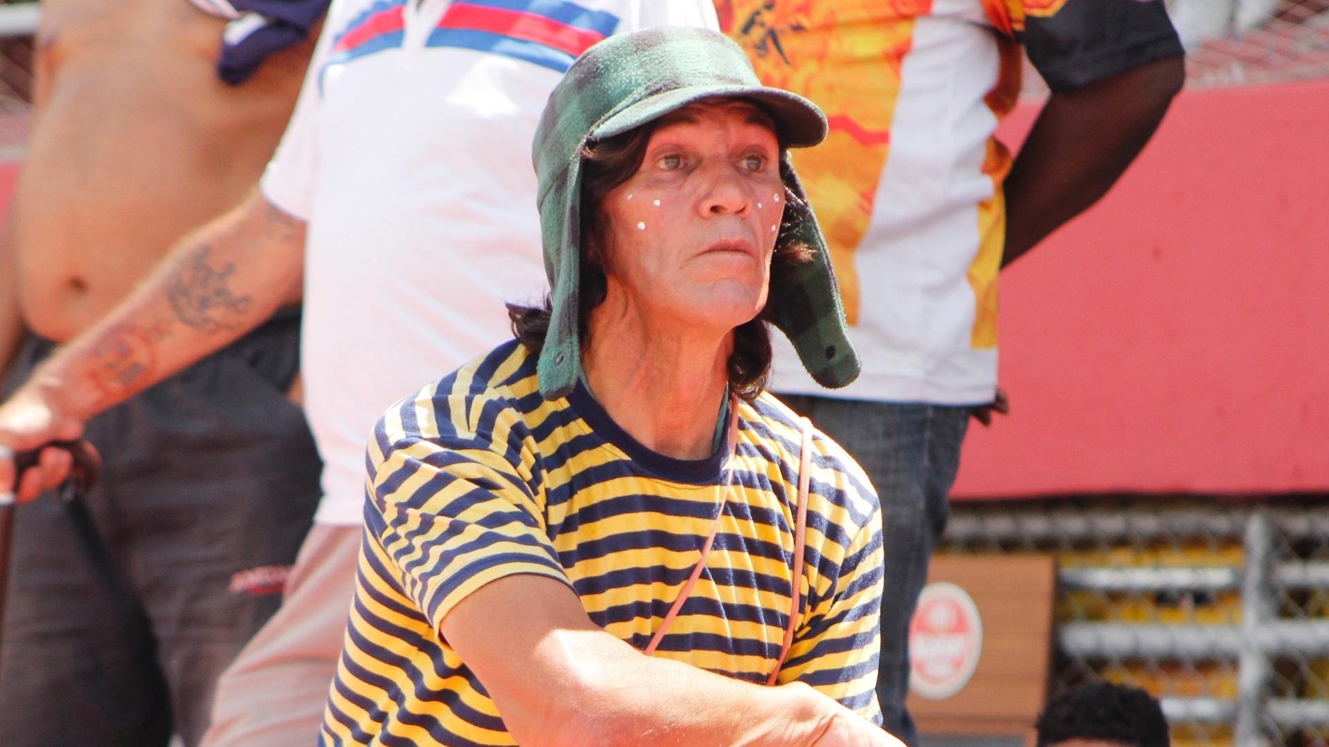 Torcedor se veste de Chaves para acompanhar a final da série B da Copa Kaiser