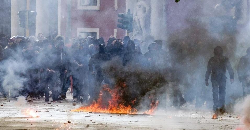 Torcedores da Roma e da Lazio entraram em confronto nos arredores do estádio Olímpico, em Roma, momentos antes do início do clássico