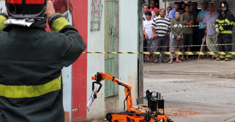 12.nov.2012 - O Gate (Grupo de Ações Táticas Especiais), da Polícia Militar, foi acionado para desarmar um suposto artefato explosivo, encontrado nesta segunda-feira (12), na nvenida José Moreira, em Mauá, região metropolitana de São Paulo