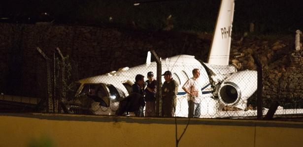 Técnicos analisam local onde avião caiu após derrapar na pista do Aeroporto de Congonhas, em São Paulo - Mister Shadow/Estadão Conteúdo