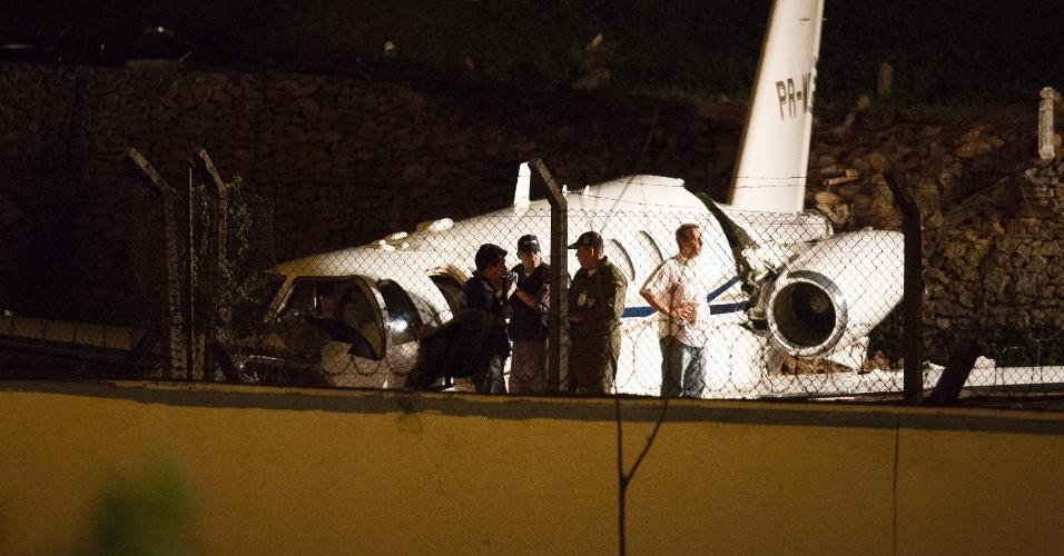 12.nov.2012 - Técnicos analisam local onde avião caiu após derrapar na pista do Aeroporto de Congonhas, em São Paulo (SP)