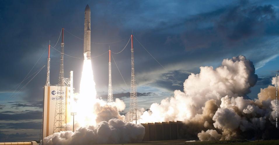 12.nov.2012 - Um foguete Ariane-5 lançado do Centro Espacial Europeu de Kuru, na Guiana Francesa, colocou em órbita no último sábado (10) um satélite brasileiro de telecomunicação, que dará cobertura ao Brasil, Colômbia, Peru, Bolívia e Equador, e outro europeu, informou o consórcio aeroespacial Arianespace.  No interior do foguete estava o Star One C3, satélite brasileiro fabricado pela empresa americana Orbital Sciences, que poderá oferecer cobertura por mais de 16 anos