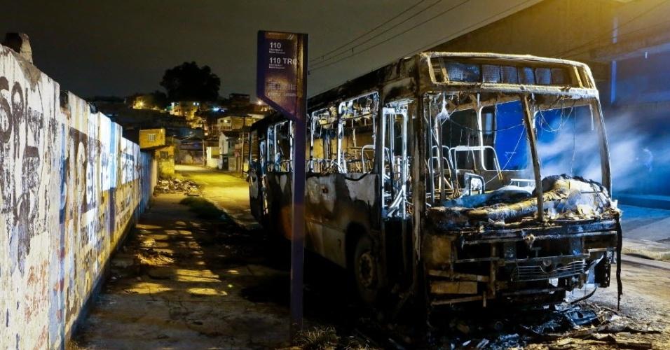 12.nov.2012 - Um ônibus foi incendiado por criminosos na avenida Martins Júnior, no Jardim Beirute, em Guarulhos (SP). O motorista ficou ferido