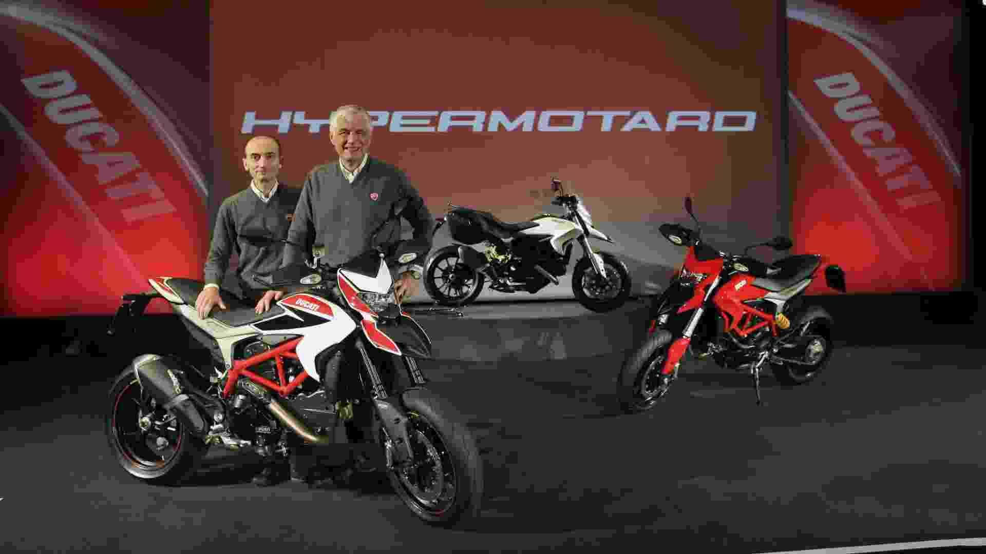 A Ducati, com seus chefões Claudio Domenicali (gerente geral, à esquerda) e Gabriele Del Torchio (presidente), apresenta a linha 2013 de Hypermotard e Hyperstrada com novo motor - Divulgação