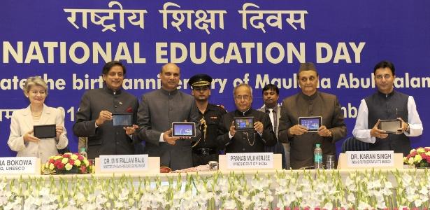 Membros do governo indiano e da Unesco apresentam tablet Aakash 2.0