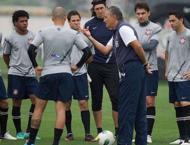 Elenco corintiano ouve Tite durante treinamento do Corinthians