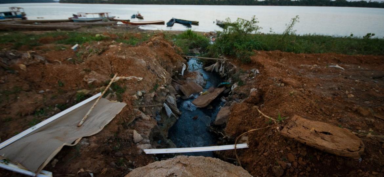 Esgoto sem tratamento que desemboca no rio Xingu, na cidade de Altamira, sudoeste do Pará; 45% da população do país não possui tratamento adequado de esgoto - Anderson Barbosa / Fotoarena