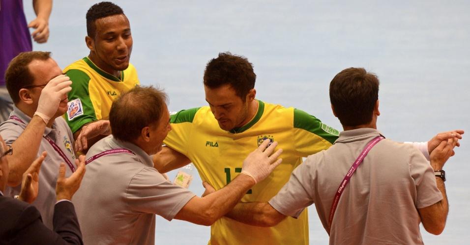 Falcão é abraçado pelos companheiros ao marcar para o Brasil na goleada sobre o Panamá por 16 a 0 (12/11/12)
