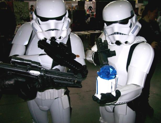Homens vestidos como Stormtroopers, a tropa de elite do Império Galático, brincam com uma das miniaturas - Martin Hunt