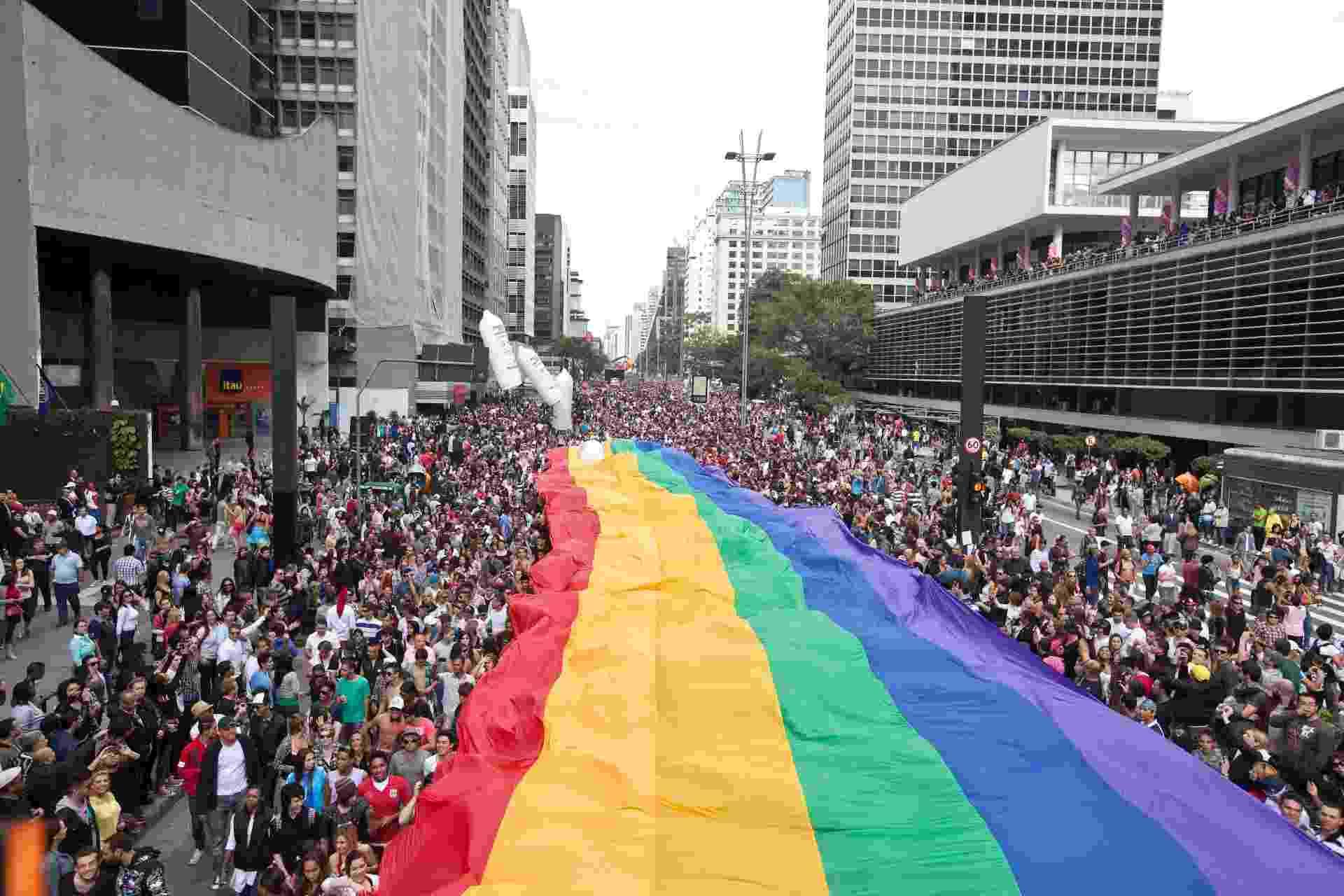 Imagem da 16ª Parada Gay, realizada no dia 10 de junho de 2012, em São Paulo. Em 2011, apenas 14,0% (383) dos órgãos gestores de políticas de direitos humanos declararam ter programas para lésbicas, gays, bissexuais, travestis e transexuais  - Simon Plestenjak/Folhapress