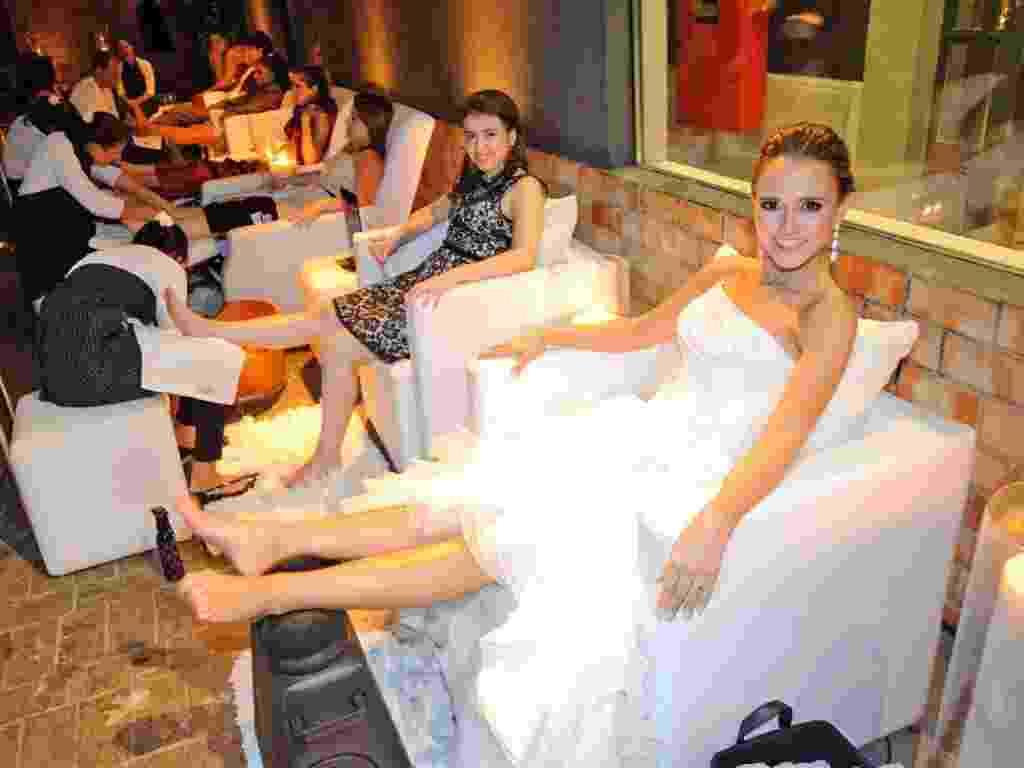 Imagem de noiva e convidadas usando spa dos pés durante o casamento - Empresa Aos seus pés - Divulgação