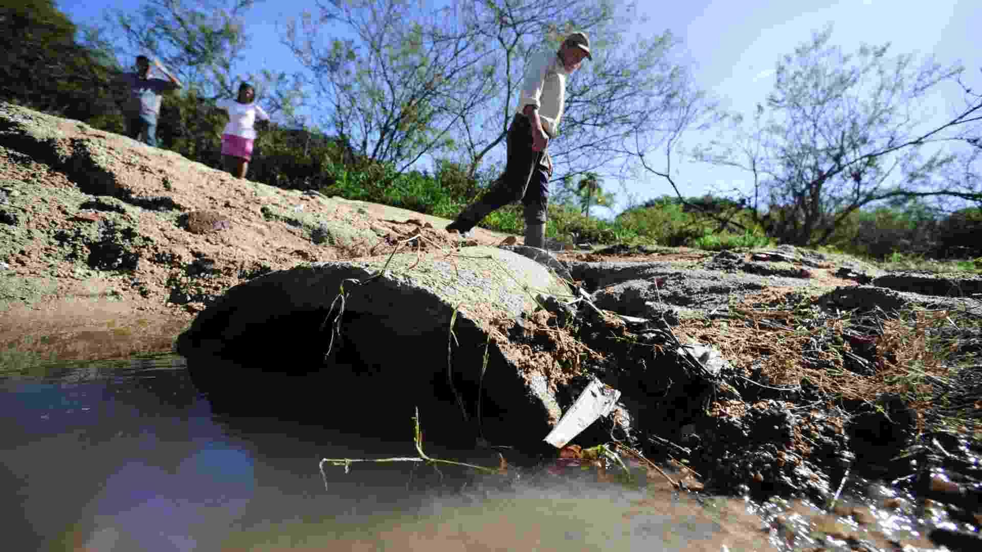 Rede esgoto a céu aberto na Rua Caciqui, em Viamão (RS). Segundo o IBGE, em 2011, apenas 28,2% (1.569) dos municípios do país possuíam Política Municipal de Saneamento Básico  - Ronaldo Bernardi/Agência RBS