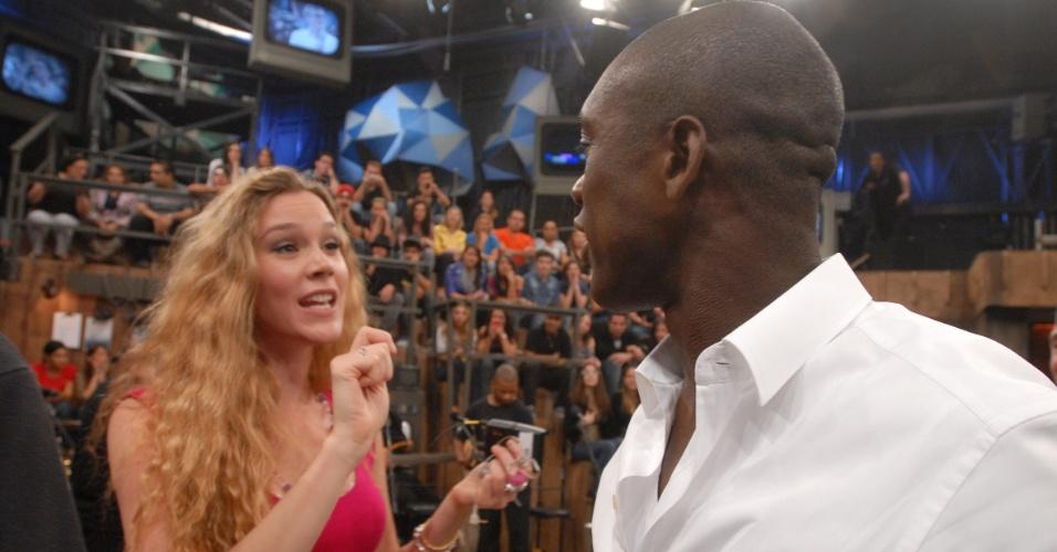 Seedorf conversa com a cantora Joss Stone durante participação no programa Altas Horas, da TV Globo