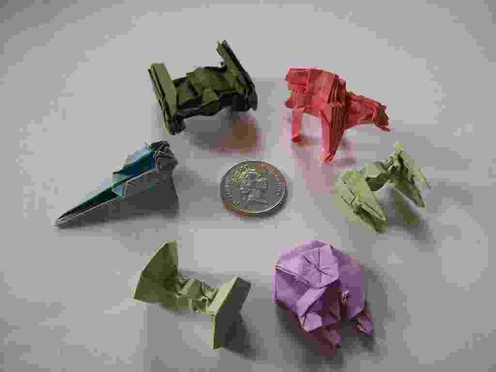 Um artista britânico recriou alguns dos principais robôs e aeronaves da série de cinema Guerra nas Estrelas com origamis. As peças dobradas por Martin Hunt fazem parte de coleção que ele denominou como 'Starwarigami' - Martin Hunt