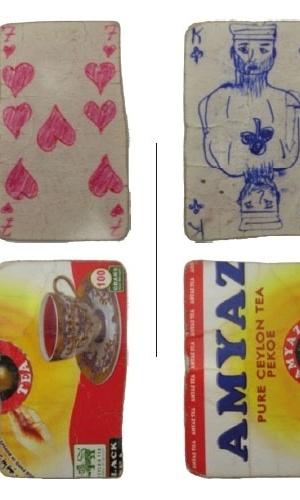 13.nov.2012 - Algumas das cartas de baralho feitas pelos presos com embalagens de chá e de cigarro. O pôquer era uma das poucas diversões possíveis dentro da Penitenciária Central de Homs