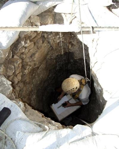 """13.nov.2012 - Arqueólogos israelenses descobriram em escavações no Vale do Esdraelon, na baixa Galiléia, um poço do período Neolítico que continha dois esqueletos humanos de 8,5 mil anos, informou a Autoridade de Antiguidades de Israel. A descoberta, realizada em um lugar denominado """"Enot Nissanit"""", nas margens ocidentais do vale bíblico, foi feita por acaso e durante as escavações prévias para o alargamento de uma estrada. Os restos humanos são de uma mulher de 19 anos e de um homem mais velho"""