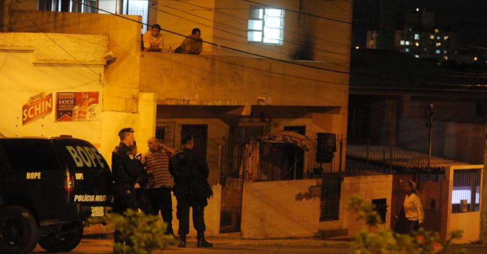 13.nov.2012 - Bope faz vigia na entrada da comunidade no morro da Caixa, em Florianópolis, onde contêineres foram incendiados por moradores na noite seta terça-feira (13
