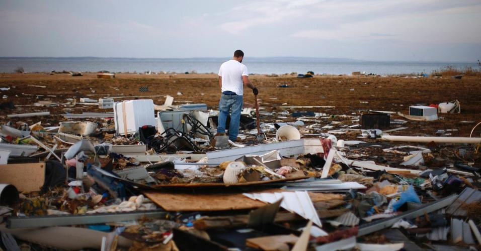 13.nov.2012 - Morador da cidade de Union Beach, Nova Jersey, olha os escombros de uma casa que foi destruída pelo furacão Sandy. Mais de 120 pessoas morreram na tempestade, que causou cerca de US$ 50 bilhões em prejuízos aos Estados Unidos