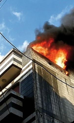 13.nov.2012 - Próximo ao centro de Homs, na Síria, o jornalista Klester Cavalcanti registrou o momento de um bombardeio pelo Exército a um prédio