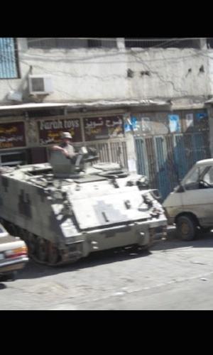 13.nov.2012 - Tanque de guerra dividia espaço com carros no centro de Homs, na Síria. Ao ver que estava sendo fotografado por Klester Cavalcanti, um soldado apontou o canhão na direção do táxi onde o jornalista estava